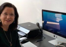 A cientista Patrícia Wieland mostra os robôs de Fukushima