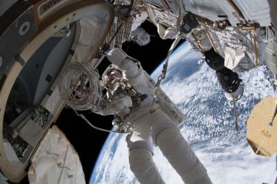 Astronautas investigam se meteorito causou vazamento em aeronave