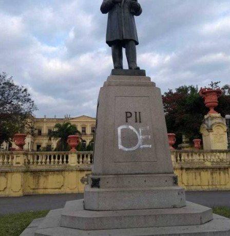 Estátua de Dom Pedro II em frente ao Museu Nacional é vandalizada
