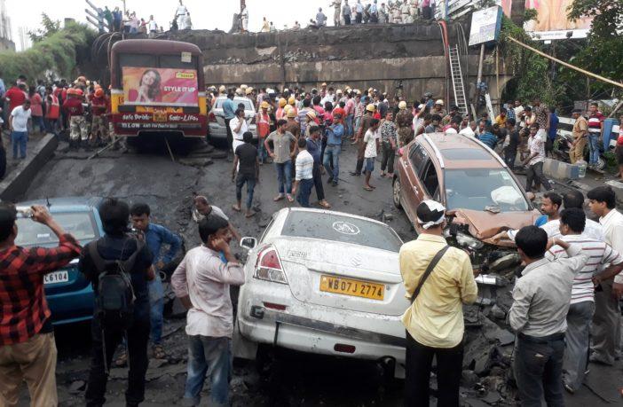 Parte de ponte desaba na Índia e deixa feridos