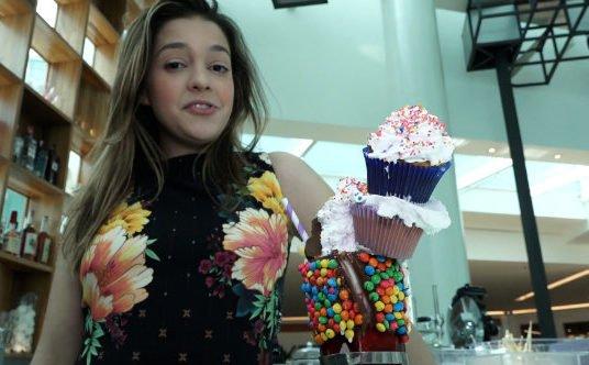 Um milkshake feito de uma forma bem divertida com Manoela Torres