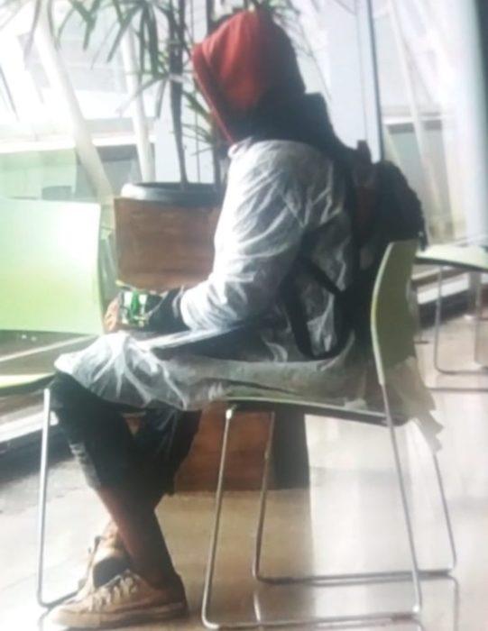 Homem com artefato suspeito no braço no Aeroporto Internacional de Brasília — Foto: Internet