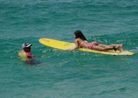 Ação Social: crianças de comunidade aprendem a surfar