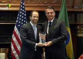 Bolsonaro nos USA recebe homenagem e fala da polêmica envolvendo o filho