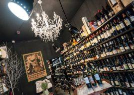 Uma charmosa loja de vinhos em Paris