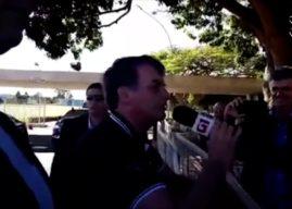 Bolsonaro pega microfone da Globo e pede música sertaneja