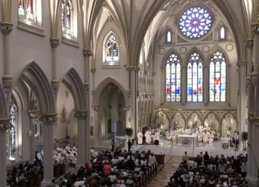 Bispo americano é acusado de encobrir abusos sexuais na Igreja